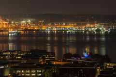 Pomarańczowych świateł iluminate port Seattle i Elliott Trzymać na dystans przy nocą obraz stock
