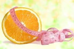 Pomarańcze i centymetr na abstrakcjonistycznym tle Obraz Royalty Free