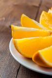 Pomarańcze kliny na talerzu Fotografia Royalty Free