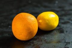 Pomarańcze na czarnym chalkboard z copyspace zdjęcie stock