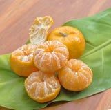 Pomarańcze na drewnianym stole Zdjęcie Stock