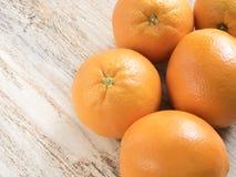 Pomarańcze na drewnianym tle Zdjęcia Royalty Free