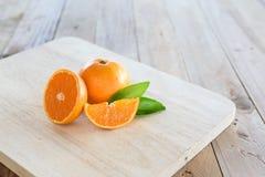 Pomarańcze na drewnianym tle Zdjęcie Stock