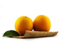 Pomarańcze na gunny odosobniony Zdjęcie Stock