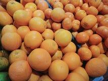 Pomarańcze na owocowym kramu w centrum handlowym Zdjęcie Royalty Free
