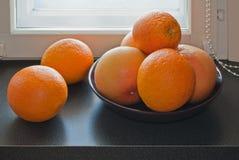 Pomarańcze na windowsill. Fotografia Stock