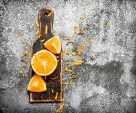 Pomarańcze plasterki na starej desce Zdjęcie Stock