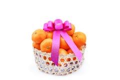 Pomarańcze w bambusowym koszu Zdjęcia Royalty Free