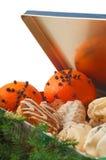 Pomarańcze z cloves i ciastkami zdjęcia stock