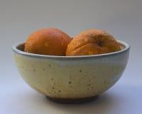 Pomarańcze z wodnymi kropelkami w Ceramicznym pucharze Zdjęcie Royalty Free