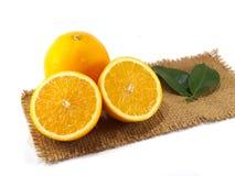 Pomarańczowa owoc na gunny odosobniony Zdjęcia Stock