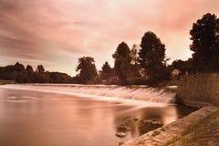 Pomarańczowa wieczór zmierzchu fotografia z jazem na rzecznym Ohre w wiosce Hostenice w Ceske stredohori regionie w republika cze Zdjęcia Stock