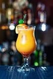 Pomarańczowi alkoholów koktajle, koktajle przy barem, alkoholiczni napoje Obrazy Stock