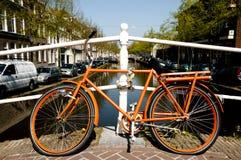 Pomarańczowy bicykl holandie - Leiden - Zdjęcia Royalty Free