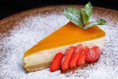 Pomarańczowy Cheesecake z truskawkami Zdjęcia Royalty Free