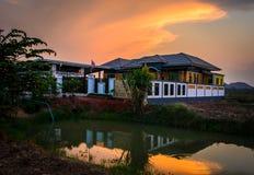 Pomarańczowy dom w wieczór Fotografia Stock