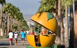 Pomarańczowy kiosk na deptaku w Limassol zdjęcia stock