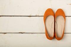 Pomarańczowy kobiety ` s kuje baleriny na drewnianym tle Fotografia Royalty Free