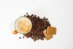 Pomarańczowy kubek z kawowymi fasolami 02 i ciastkami Zdjęcie Royalty Free