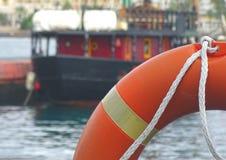 Pomarańczowy lifebuoy na statku Obrazy Royalty Free