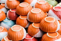 Pomarańczowy puchar ceramiczny przy magazynem Zdjęcia Stock