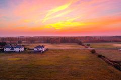Pomarańczowy purpurowy zmierzchu widok nad obszarem wiejskim fotografia stock