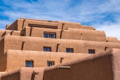Pomarańczowy sztukateryjny budynek w Santa Fe Nowym - Mexico Zdjęcie Royalty Free
