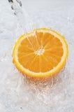 Pomarańczowy upad w wodzie Obrazy Stock