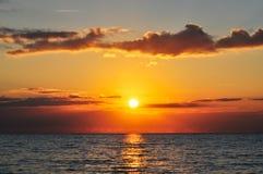 Pomarańczowy zmierzch morzem Zdjęcia Royalty Free