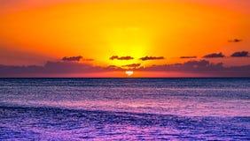 Pomarańczowy zmierzch nad Karaiby nawadnia Fotografia Stock