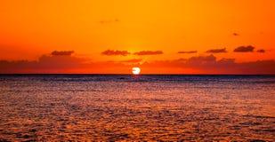 Pomarańczowy zmierzch nad Karaiby nawadnia Zdjęcia Stock