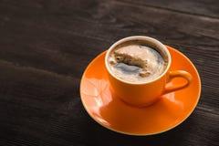 Pomarańczowa filiżanka kawy Zdjęcie Stock