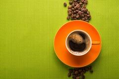 Pomarańczowa filiżanka kawy Zdjęcia Stock