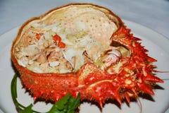 Pomarańczowa krab ryba na bielu talerzu Zdjęcia Royalty Free