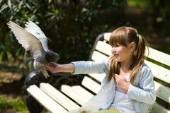 Pombo de alimentação da menina Imagem de Stock Royalty Free