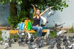 Pombos de alimentação da mulher Foto de Stock Royalty Free