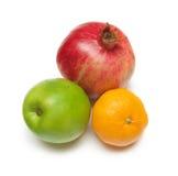 Pomegranade, jabłko, tangerine na bielu obraz stock