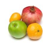 Pomegranade, jabłko, tangerine na bielu obrazy royalty free