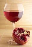 Pomegranate и стекло красного вина. Стоковые Изображения