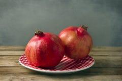 Pomegranate на плите стоковое фото rf