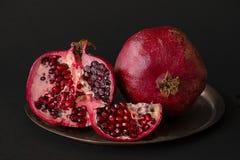 pomegranate плодоовощ показывая ся женщину Гранатовые деревья над черной предпосылкой Стоковая Фотография RF
