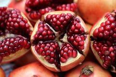 pomegranate плодоовощ показывая ся женщину Стоковое Изображение RF