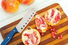 pomegranate плодоовощ показывая ся женщину Стоковые Фото