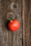 pomegranate плодоовощ показывая ся женщину стоковое фото