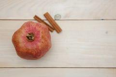 pomegranate плодоовощ показывая ся женщину Стоковое Изображение