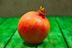 pomegranate плодоовощ показывая ся женщину Стоковые Изображения RF