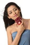 pomegranate för flickaholdingindier arkivbild