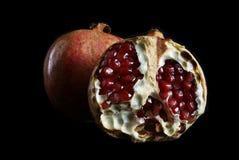 Pomegranate på en svart bakgrund Arkivbild