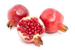 Pomegranate på vit bakgrund Arkivbild