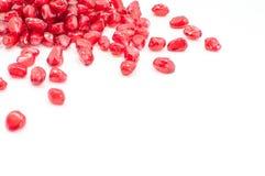 Pomegranatefrö på white Arkivfoton